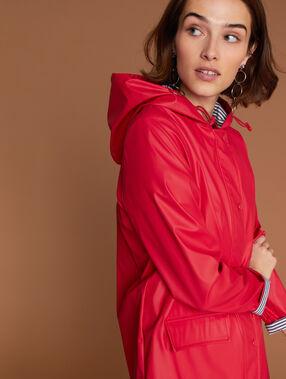 Impermeable con capucha rojo.