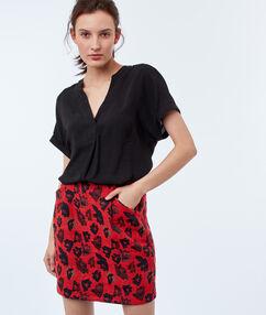 Falda estampado floral rojo.