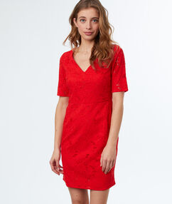 Vestido de encaje rojo.