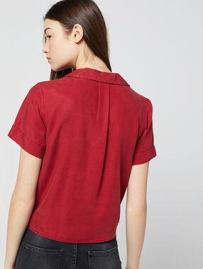 Blusa anudada de tencel rojo.