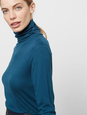 Camiseta manga larga cuello alto azul.