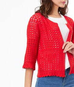 Gilet en crochet rouge.