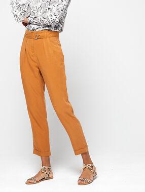 Pantalón alto con cinturón ocre.