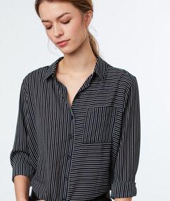 Camisa estampada a rayas negro.