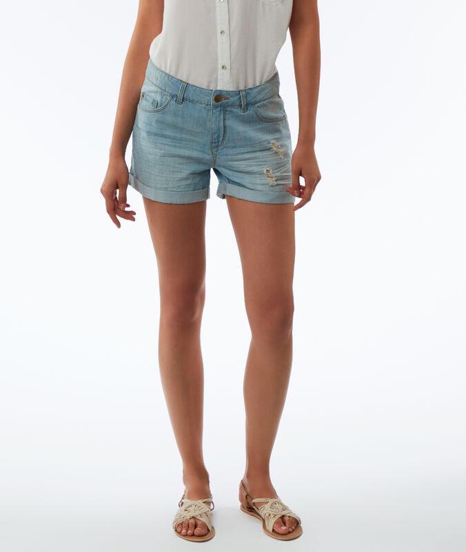 Pantalón corto con rotos azul claro.