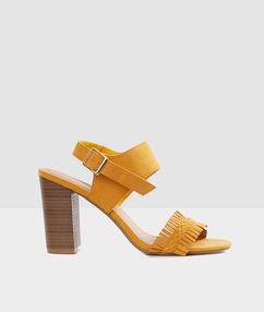 Sandales à talons jaune moutarde.