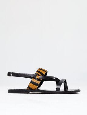 Sandalias planas con animal print negro.