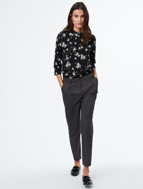 Blusa mangas 3/4 estampado floral negro.