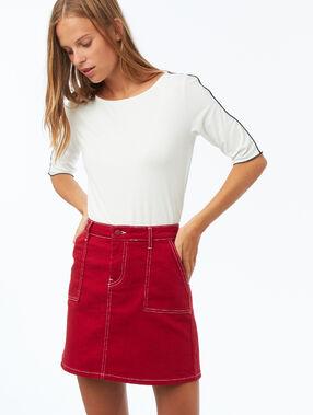 Falda con bolsillos costuras contrastadas rojo.