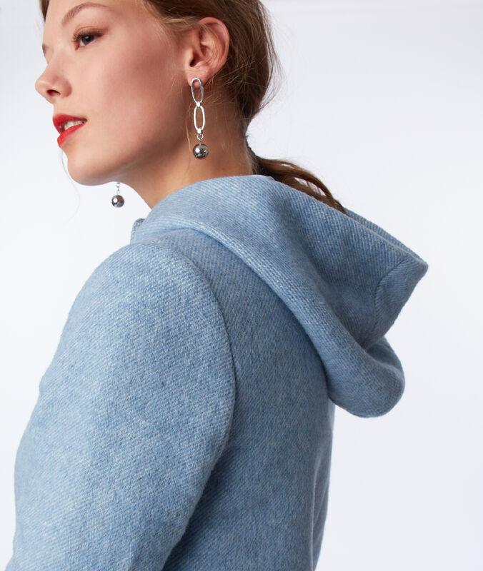 Abrigo con capucha azul cielo.