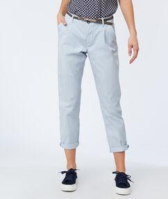 Pantalon carotte ceinturé en coton bleu clair.