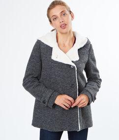 Manteau court à fourrure gris anthracite.
