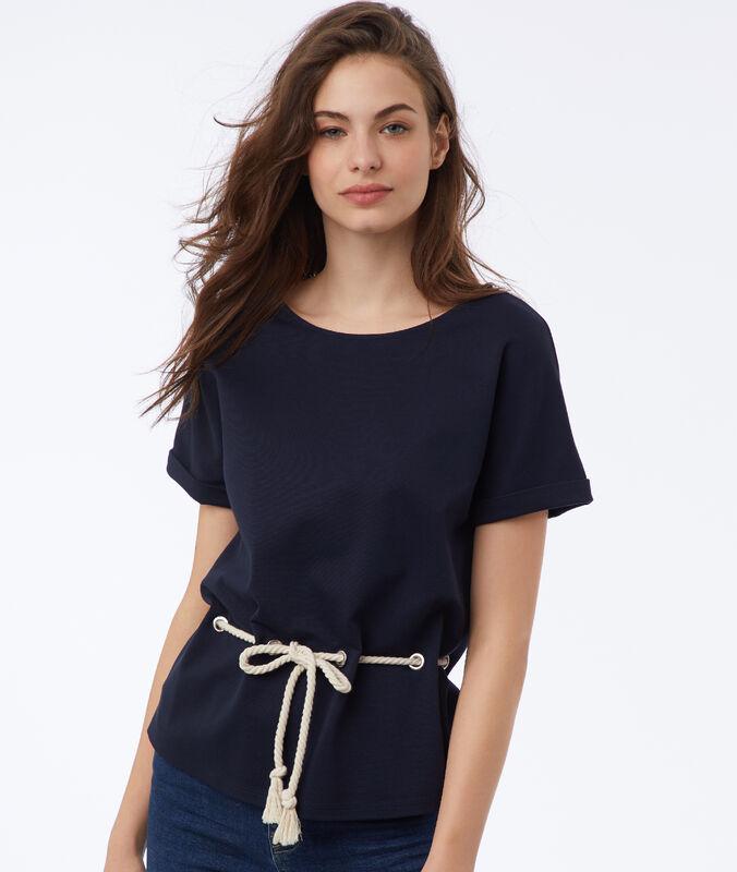 Camiseta ceñida con cinturón tipo cordón azul marino.