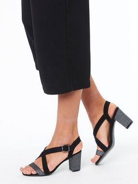 Sandalias con tacón negro.